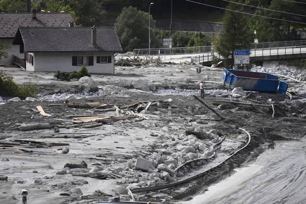 Unglaubliche Massen an Geröll und Schlamm verwüsten das Dorf Bondo. Schätzungen sagen, dass es Jahre dauern wird, das Dorf wieder komplett von Schlamm zu befreien.