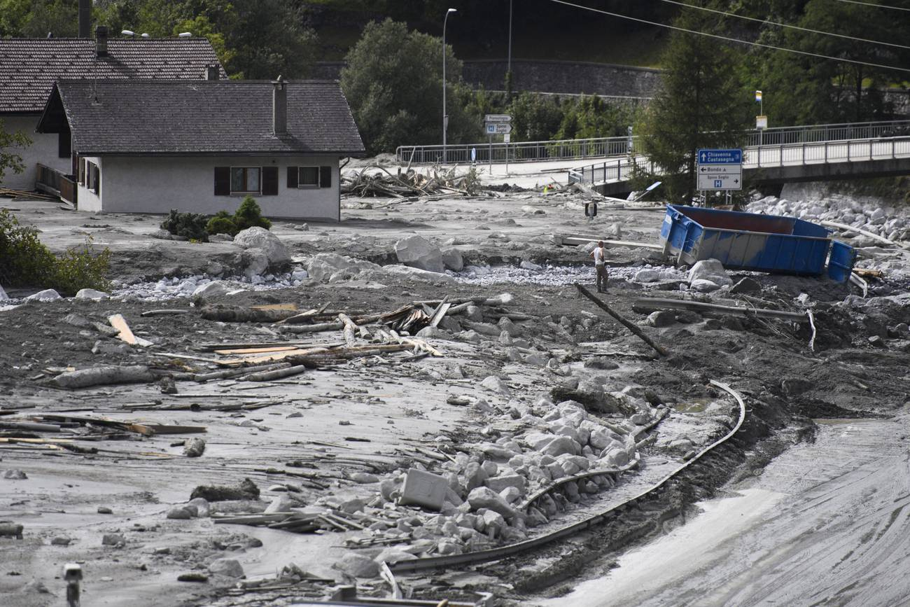 Unglaubliche Massen an Geröll und Schlamm verwüsten das Dorf Bondo. Schätzungen sagen, dass es Jahre dauern wird, das Dorf wieder komplett von Schlamm zu befreien. (© Keystone)