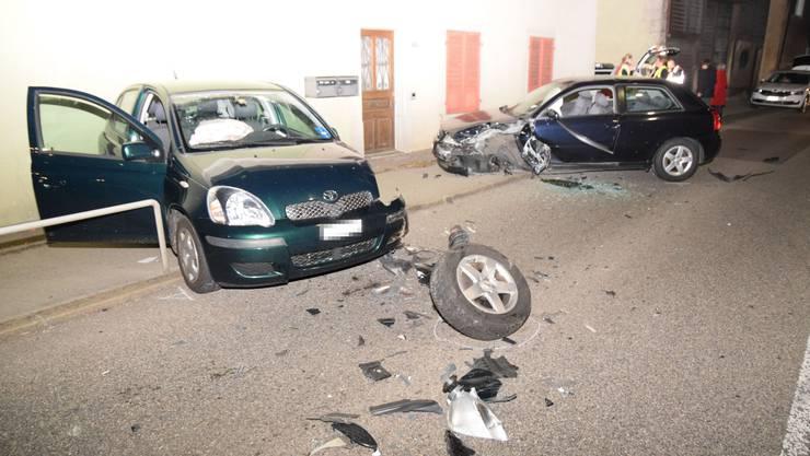 Bei der Kollision wurden drei Personen verletzt.