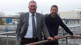 Betriebsleiter Markus Blättler (links) mit dem neuen Klärmeister Roman M. Bieri in der ARA Langmatt in Wildegg. DO