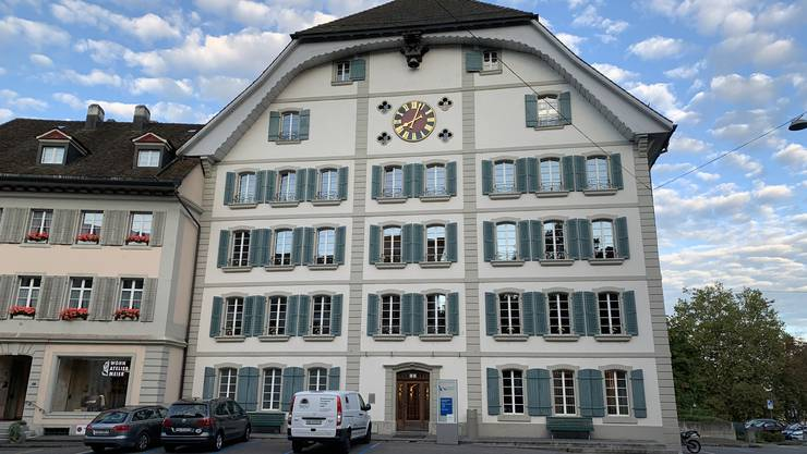 Das Hünerwadelhaus ist im Besitz der Einwohnergemeinde Lenzburg und bis 2020 KV-Schulhaus.