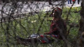 Ein Flüchtling aus dem Kongo wartet auf einen Bus, der ihn zu einem Transit-Camp bringt. (Archivbild)