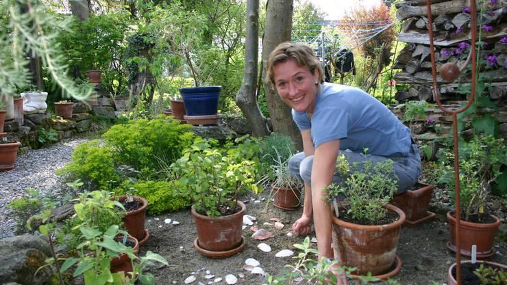 Ferienbeschäftigung: Regierungsrätin Susanne Hochuli im Garten mit Gewürzen und Teepflanzen. Dazu gehört natürlich auch Jäten.