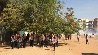 In der sudanesischen Hauptstadt Khartum ziehen sich Protestierende zurück, nachdem die Polizei Tränengas gegen die Regierungsgegner eingesetzt hat. (Archiv)