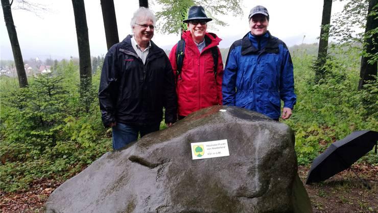 Mit einem Steinfest bei strömendem Regen wurde der aus Othmarsingen entführte Findling gefeiert. Von links: Jürg Link, Niederlenzer Gemeindeammann, Martin Stücheli, Lenzburger Stadtrat, und Hans Rätzer, Othmarsinger Vizeammann.