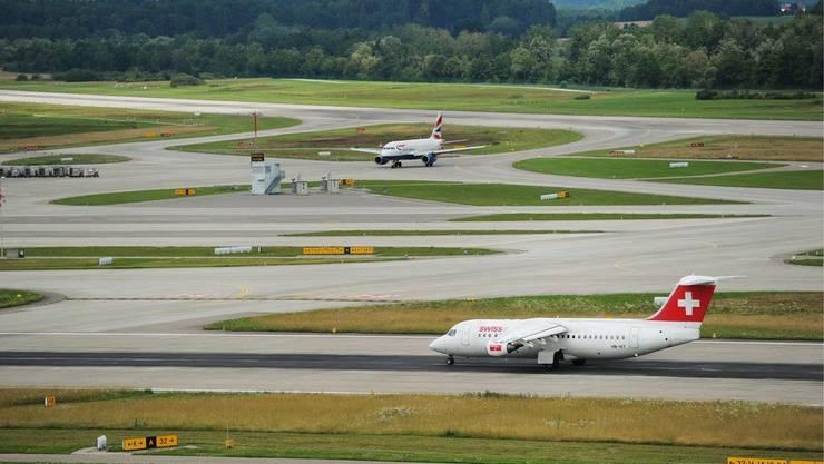 Die Pisten auf dem Flughafen Zürich müssen verlängert werden, wenn es nach den Flughafen-Verantwortlichen geht. (Archiv)