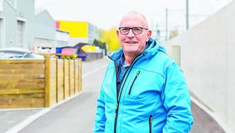 Robert Gilgen vor seinem Elternhaus. Dahinter befindet sich die Lagerhalle seiner Firma Trafopower.