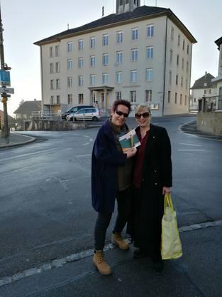 Ilaria Lopez und Isabell Landolfo sammelten  Unterschriften in Beinwil am See