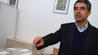 Der bulgarische Präsident Plewneliew gibt seine Stimme ab