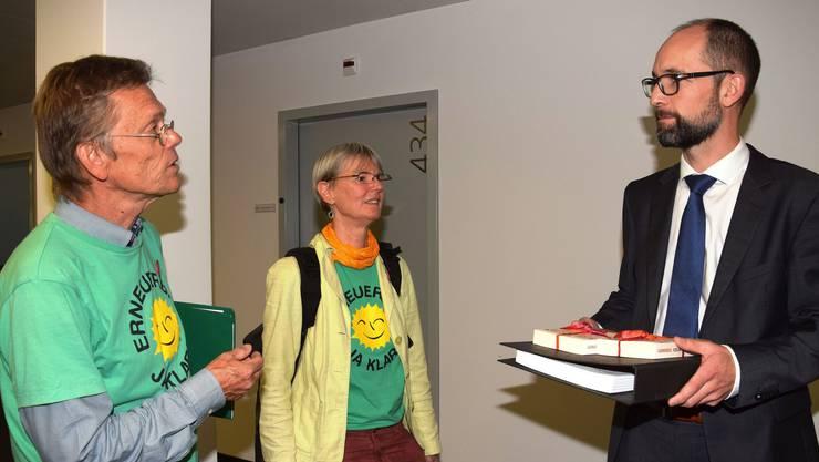 Die Atomgegner Iris Frei und Thomas Jochim im Gespräch mit Ensi-Kommunikationsleiter Sebastian Hueber (rechts)