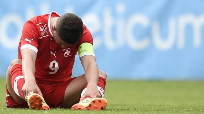 Enttäuscht sitzt der Schweizer U19-Nationalspieler Shani Tarashaj nach der Niederlage gegen Georgien am Boden. Foto: Urs Lindt/freshfocus