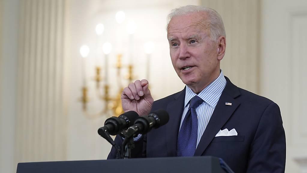 Joe Biden spricht bei einer Pressekonferenz im State Dining Room des Weissen Hauses über die Impfkampagne.