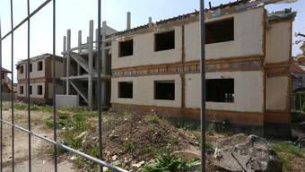 Ausser den in den letzten Tagen ausgebauten Fenstern deutet derzeit nichts auf einen baldigen Baubeginn hin.
