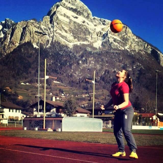 Marija übt Fussball vor dem Gonzen in Sargans. (© zvg)