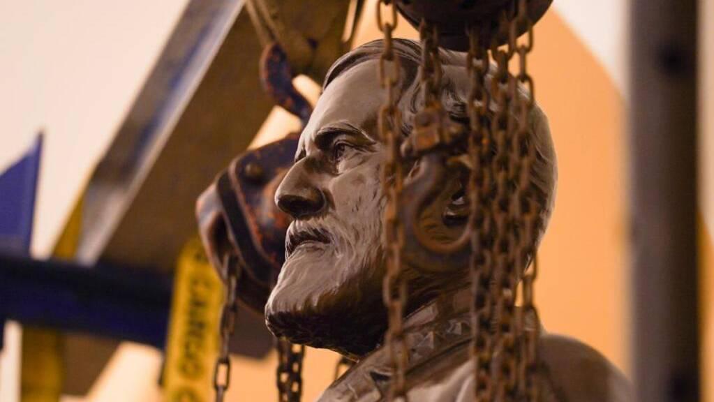 ARCHIV - Eine Statue des Südstaaten-Generals Robert E. Lee wird aus dem Gebäude des US-Kongresses entfernt. Foto: Jack Mayer/Office of Governor of Virginia/AP/dpa - ACHTUNG: Nur zur redaktionellen Verwendung und nur mit vollständiger Nennung des vorstehenden Credits