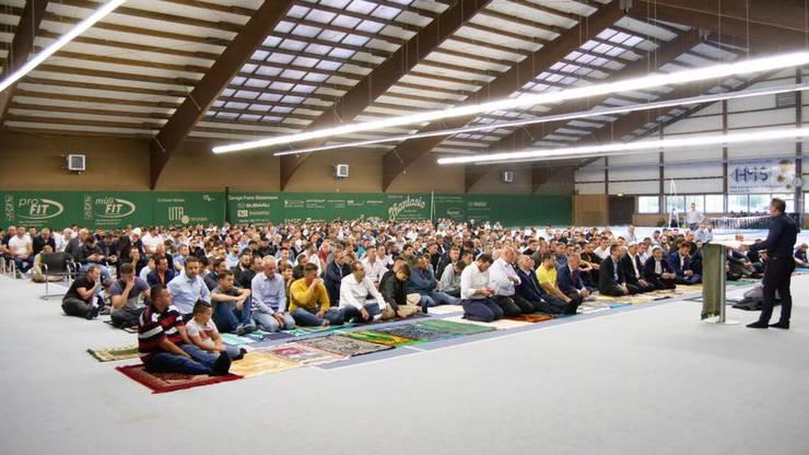 An Festtagen wird in der Tennishalle Reinach gebetet.