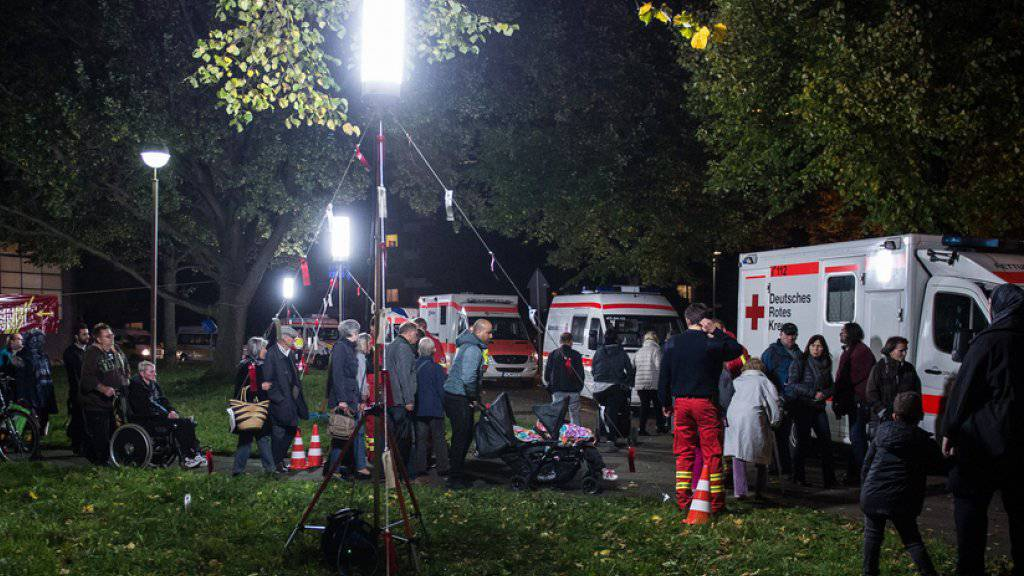Evakuierte Personen verlassen eine Schule in Hannover, in welcher sie während der Bombenentschärfung betreut worden waren. Die Fliegerbombe war bei Tiefbauarbeiten im Stadtteil Vahrenheide entdeckt worden.