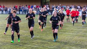Die FC Aarau Frauen haben sich mit einer starken Saison den Aufstieg in die NLA erkämpft – nun müssen sie sich mit den Männern um den Vereinsnamen streiten.Fotos: Fabio Baranzini (2), Keystone (1)