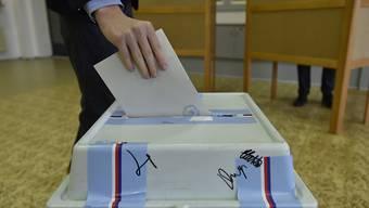 Ein Wähler wirft seinen Stimmzettel in eine Wahlurne. In Tschechien werden die zweitägigen Stichwahlen um die verbleibenden 26 Sitze im Senat fortgesetzt. Foto: Václav ?álek/CTK/dpa