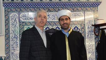 Nedim Erdem (Vizepräsident Haus der türkischen Gastarbeiter) und Taha Yilmaz (Imam Grüne Moschee) im Gebetsraum.