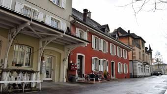 Die Initiativgruppe will, dass die Liegenschaften (von vorne) «Alte Schmitte» und «Müller-Haus» bestehen bleiben.