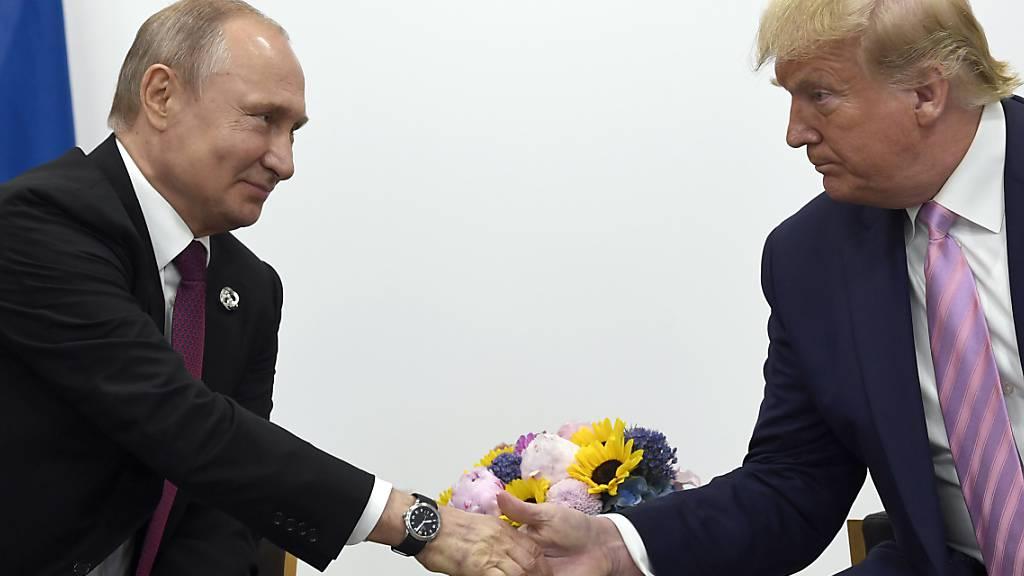 Der russische Präsident Wladimir Putin hat US-Präsident Donald Trump (links) in einem Frachtflugzeug medizinische Güter zur Bekämpfung des Coronavirus zukommen lassen. (Archivbild)