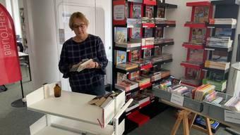 Christine Freudenthaler, Leiterin der Gemeindebibliothek Wohlen, desinfiziert Bücher und zeigt, wie die Ausleihe in Zeiten der Corona-Pandemie funktioniert