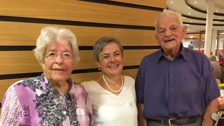 Gemeindepräsidentin Barbara Leibundgut mit Rosa Leute (98) und Werner Wyss (96).