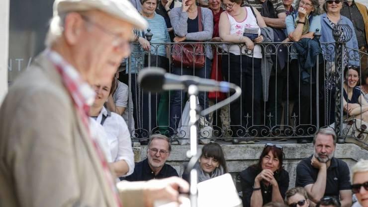 (Fast) Alle Jahre wieder: Franz Hohler zieht das Publikum an die Solothurner Literaturtage - seit 40 Jahren, so lange besteht der Anlass schon. Hohler als eines der Gründungsmitglieder wird deshalb zum Jubiläum nicht fehlen. (Archivbild)