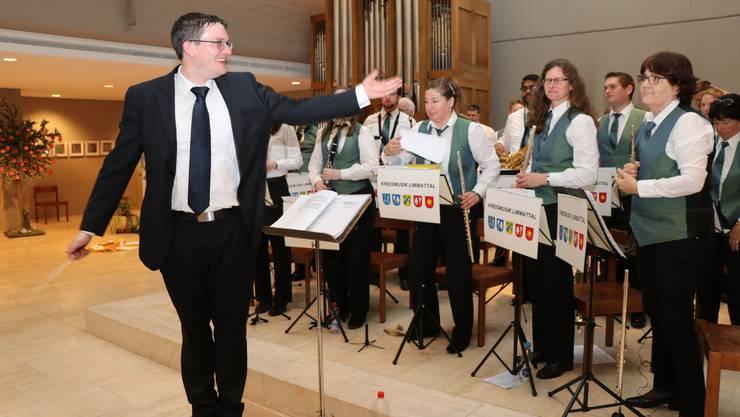 Dirigent Marcel Burch führte sein Ensemble mit dem Taktstock dynamisch und souverän durch den Abend.