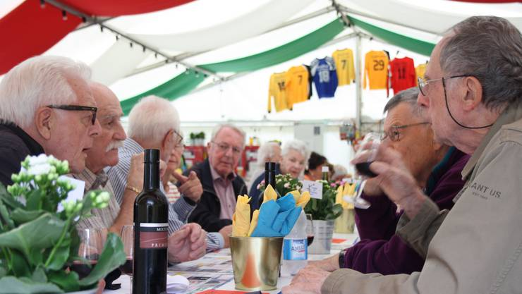 Bei einem Glas Wein erzählen die Teilnehmerinnen und Teilnehmer angeregt von den Erlebnissen von damals.