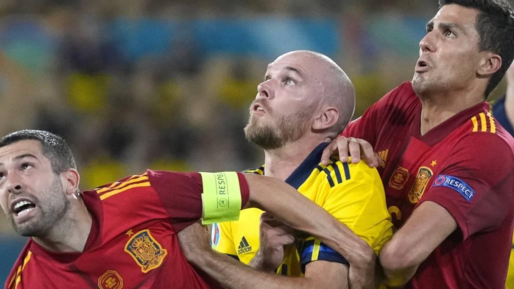 Harter Kampf: der Schwede Marcus Danielson (Mitte) gegen die Spanier Jordi Alba (links) und Rodri