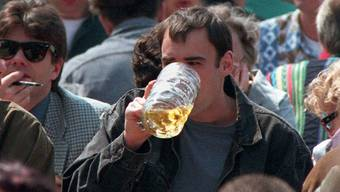 Wer im Badener Biergarten ein Bier trinken will, muss Pfefferspray, Sackmesser und Joint abgeben (Symbolbild)