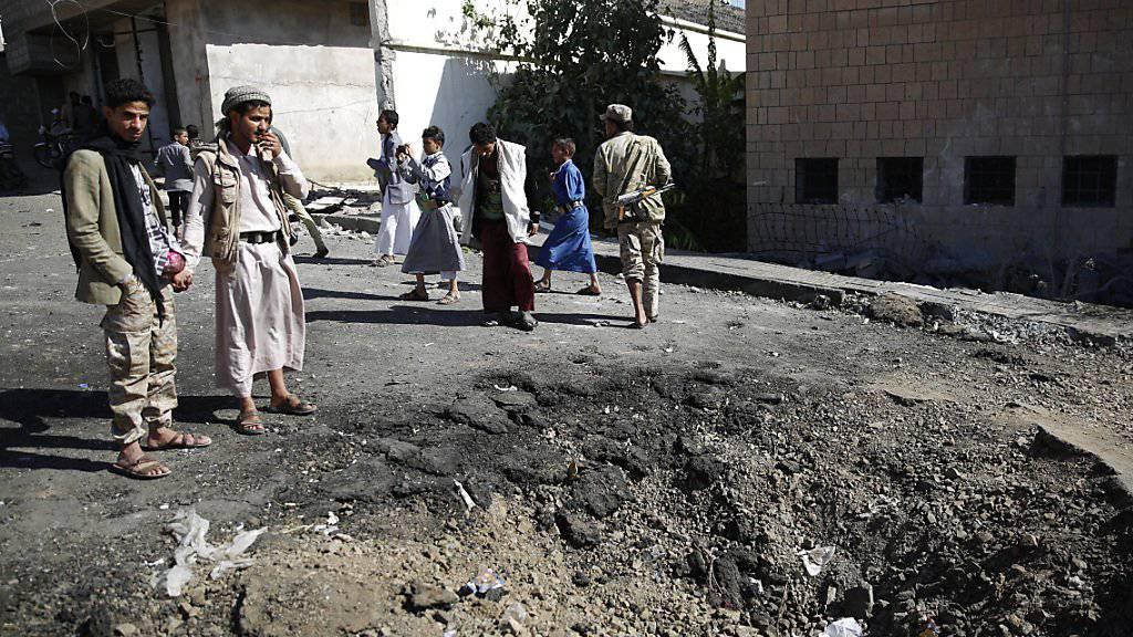 Spuren eines Luftangriffs der von Saudi-Arabien geführten Koalition in Jemens Hauptstadt Sanaa (Symbolbild)