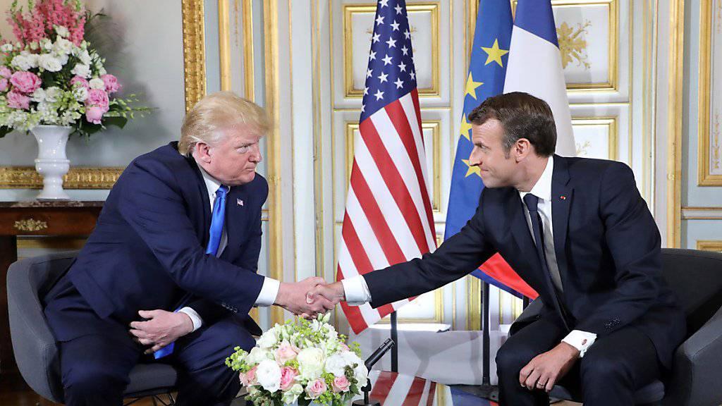 US-Präsident Donald Trump (l.) und Frankreichs Präsident Emmanuel Macron führten in Caen bilaterale Gespräche.