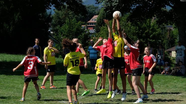 U14 Mädchen: Die Jugi Erschwil 1 (gelb) behaubtet sich gegen die Jugi Nunningen (rot)