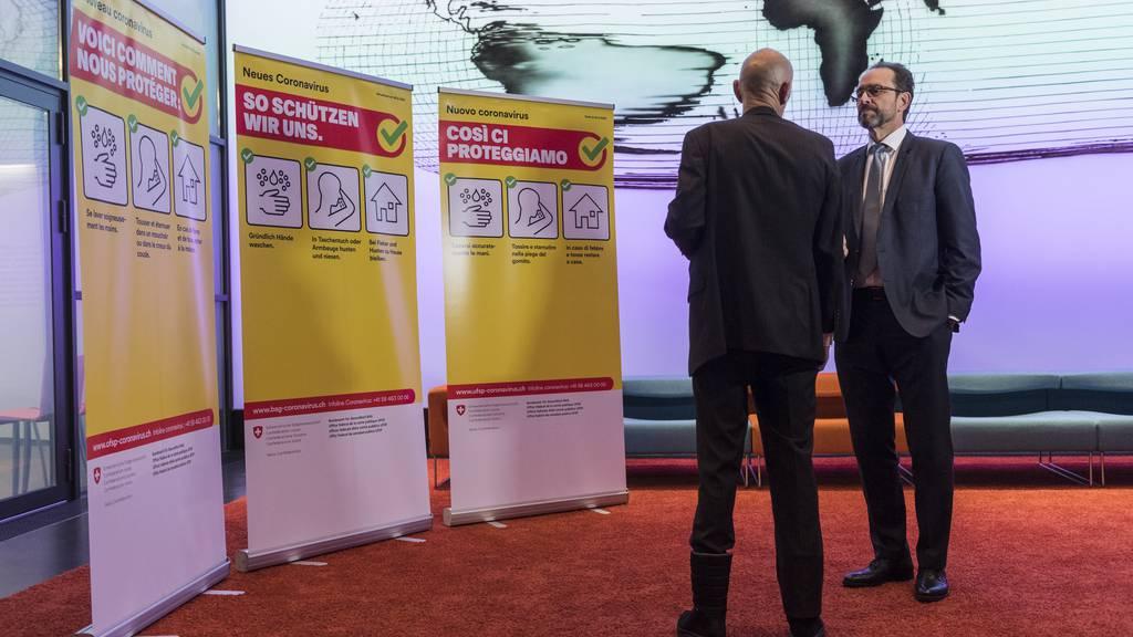 Pascal Strupler, Direktor Bundesamt für Gesundheit, und Daniel Koch (r.), Leiter Abteilung übertragbare Krankheiten, vor Kampagnensujets. (Archivbild)