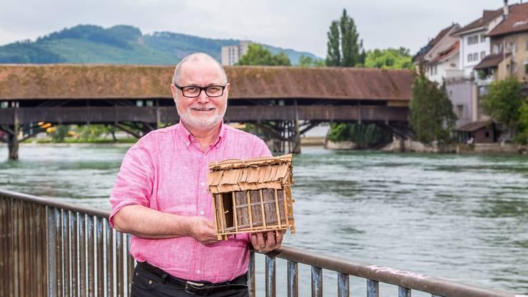 Der Oltner Stefan Frey engagiert sich für die Elektrifizierung von Dörfern in Madagaskar. In der Hand hält er das Modell eines typisch madagassischen Holzhauses.