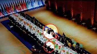 Donald Trump sei während des Banketts aufgestanden und habe sich ganz alleine neben Putin gesetzt, schreibt die «Washington Post».