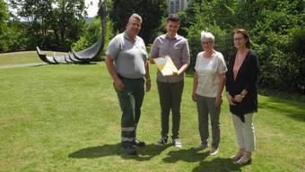 René Leuenberger und Rolf Schmid übergaben die Unterschriften an Katharina Hirt und Anneliese Seiler (v. l.).