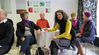 Angeregte Runde im Café Philo mit Gesprächsleiterin Katja Herlach (im gelben Pullover), hinten an der Cultibo-Wand sind Bilder der Oltner Künstlerin Theresa Späni aufgehängt.