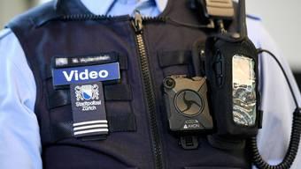 Die Stadtpolizei Zürich fahndet nach einem «falschen Polizisten», der eine 69-Jährige um viel Geld und Schmuck erleichterte. (Symbolbild)