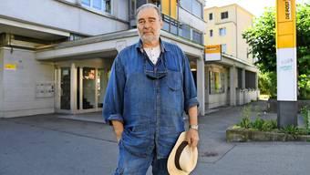 Rudolf Szabo vor der Post in Elgg in der Nähe von Winterthur, die er einst überfallen hatte: Er sass deshalb während sechs Jahren hinter Gittern.