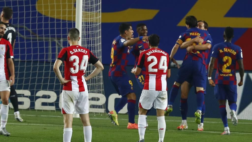 Ivan Rakitic feiert seinen Treffer in den Armen von Lionel Messi