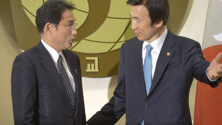 """Japans Aussenminister Kishida (links) und sein südkoreanischer Amtskollegen Byung Se einigen sich im Streit um """"Sexsklaverei""""."""
