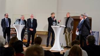 Die Fusion spaltet: Hier die Fusionsgegner Roberto Conti, Böbes Aerni und Ulrich Bucher, die sich unter der Moderation von Theodor Eckert den Argumenten der Befürworter Walter Domeisen, Stefan Hug und Kurt Fluri (v.l.) stellen.
