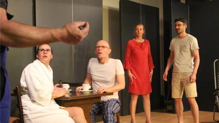 «Om» singt der Handwerker (ganz links); Barbara und Hansruedi Stocker (sitzend) und die Sekretärin mit Eduardo staunen.