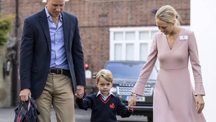 Prinz William begleitet seinen Sohn Prinz George an seinem ersten Schultag. Der vierjährige Prinz wird von Helen Haslem begrüsst, der Direktorin der Thomas's School im Londoner Stadtteil Battersea.