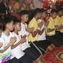 Die aus einer Höhle in Thailand geretteten Jugendlichen vollziehen ein buddhistisches Reinigungsritual nach ihren negativen Erfahrungen.