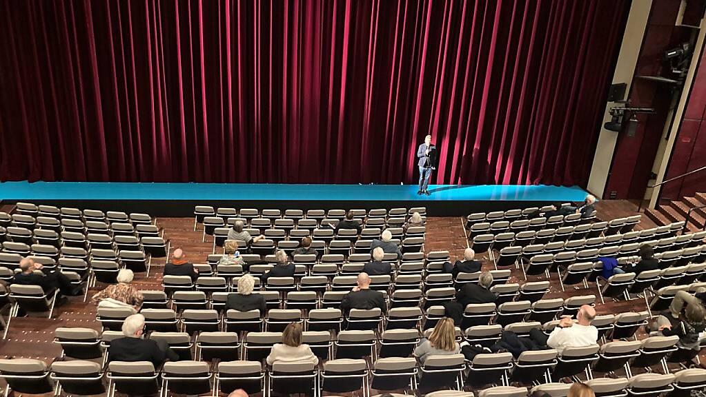 Theaterdirektor Benedikt von Peter begrüsst das Publikum im «ausverkauften» grossen Haus des Theaters Basel.